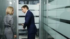 Επιχείρηση Έννοια ζωής γραφείων Επιχειρησιακές συζητήσεις, συνεδρίαση, διορισμός Οι συνάδελφοι ή οι συνάδελφοι εισάγουν το δωμάτι απόθεμα βίντεο