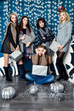 Επιχείρηση αγοριού και τεσσάρων κοριτσιών στις μπλε και άσπρες ευπρέπειες Χριστουγέννων Στοκ Εικόνες