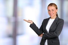 επιχείρηση ανασκόπησης που απομονώνεται πέρα από την παρουσίαση της χαμογελώντας λευκής γυναίκας πρόσκληση συγχαρητηρίων καρτών α Στοκ Εικόνα