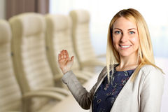 επιχείρηση ανασκόπησης που απομονώνεται πέρα από την παρουσίαση της χαμογελώντας λευκής γυναίκας Πρόσκληση στο χώρο συνάντησης Στοκ Φωτογραφίες