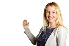 επιχείρηση ανασκόπησης που απομονώνεται πέρα από την παρουσίαση της χαμογελώντας λευκής γυναίκας Απομονωμένος πέρα από την άσπρη  Στοκ Εικόνες