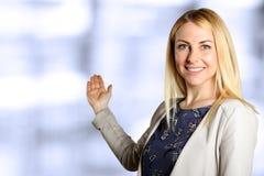 επιχείρηση ανασκόπησης που απομονώνεται πέρα από την παρουσίαση της χαμογελώντας λευκής γυναίκας Στοκ Εικόνα