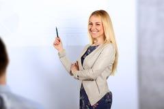 επιχείρηση ανασκόπησης που απομονώνεται πέρα από την παρουσίαση της χαμογελώντας λευκής γυναίκας Παρουσίαση για ένα υπόβαθρο Στοκ εικόνες με δικαίωμα ελεύθερης χρήσης