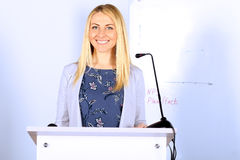 επιχείρηση ανασκόπησης που απομονώνεται πέρα από την παρουσίαση της χαμογελώντας λευκής γυναίκας Στοκ εικόνα με δικαίωμα ελεύθερης χρήσης