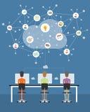 Επιχείρηση ανθρώπων που λειτουργεί στη σύνδεση δικτύων σύννεφων ελεύθερη απεικόνιση δικαιώματος