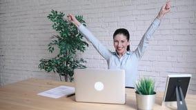 Επιχείρηση, γραφείο, έννοια νίκης, επιτεύγματος και εκπαίδευσης - γυναίκα από τα αυξημένα χέρια απόθεμα βίντεο