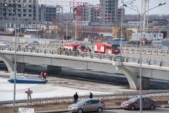 Επιχείρηση διάσωσης μετά από το λειώνοντας πάγο στη γέφυρα Kadyrov στοκ εικόνες με δικαίωμα ελεύθερης χρήσης