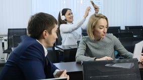 Επιχείρηση και έννοια ζωής γραφείων Η ομάδα συναδέλφων κάθεται στην αίθουσα συνεδριάσεων, αίθουσα διάλεξης Πυροβοληθείς σε 4 Κ απόθεμα βίντεο