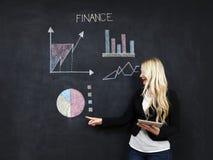 Επιχείρηση και έννοια πόρων χρηματοδότησης - χαμογελώντας επιχειρησιακή γυναίκα Στοκ Φωτογραφίες