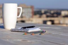 Επιχείρηση και κάθε μέρα στοιχεία ζωής στο ξύλινο γραφείο στοκ φωτογραφία