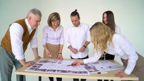 Επιχείρηση, ξεκίνημα και έννοια ανθρώπων - δημιουργική ομάδα με τους υπολογιστές, το σχεδιάγραμμα και το σχέδιο στο γραφείο απόθεμα βίντεο