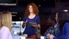Επιχείρηση, ξεκίνημα και έννοια ανθρώπων - ευτυχής δημιουργική ομάδα με τους υπολογιστές και φάκελλος που συζητά το πρόγραμμα στη απόθεμα βίντεο