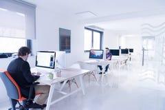 Επιχείρηση ξεκινήματος, προγραμματιστής λογισμικού που λειτουργεί στον υπολογιστή Στοκ εικόνες με δικαίωμα ελεύθερης χρήσης