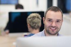 Επιχείρηση ξεκινήματος, προγραμματιστής λογισμικού που λειτουργεί στον υπολογιστή γραφείου Στοκ εικόνες με δικαίωμα ελεύθερης χρήσης