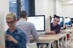 Επιχείρηση ξεκινήματος, προγραμματιστής λογισμικού που λειτουργεί στον υπολογιστή γραφείου Στοκ φωτογραφίες με δικαίωμα ελεύθερης χρήσης