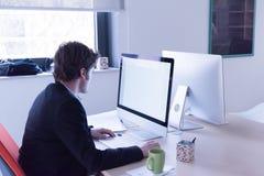 Επιχείρηση ξεκινήματος, προγραμματιστής λογισμικού που λειτουργεί στον υπολογιστή Στοκ φωτογραφία με δικαίωμα ελεύθερης χρήσης