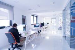 Επιχείρηση ξεκινήματος, προγραμματιστής λογισμικού που λειτουργεί στον υπολογιστή Στοκ Φωτογραφίες