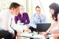 επιχείρηση που έχει τους ανθρώπους γραφείων συνεδρίασης Στοκ φωτογραφία με δικαίωμα ελεύθερης χρήσης