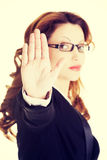 επιχείρηση που η σοβαρή γυναίκα στάσεων σημαδιών Στοκ Εικόνες