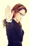 επιχείρηση που η σοβαρή γυναίκα στάσεων σημαδιών Στοκ Φωτογραφίες