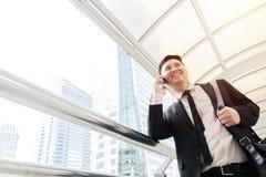 Επιχείρηση που φορά ένα μαύρο suitt, ευτυχές να μιλήσει Εμπορική επένδυση στοκ εικόνες