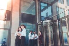 Επιχείρηση Προσωπικό γραφείου Πέντε νέοι διευθυντές με το ηλεκτρονικό tabl Στοκ Εικόνα