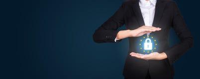 Επιχείρηση στο κοστούμι που προστατεύει τη λέξη GDPR με τα χέρια, γενικά στοιχεία Π στοκ εικόνες με δικαίωμα ελεύθερης χρήσης