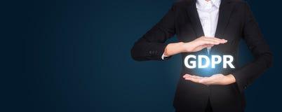 Επιχείρηση στο κοστούμι που προστατεύει τη λέξη GDPR με τα χέρια, γενικά στοιχεία Π στοκ εικόνα με δικαίωμα ελεύθερης χρήσης