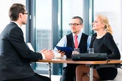 Επιχείρηση - συνέντευξη εργασίας με τον υποψήφιο και την ωρ. Στοκ Εικόνες