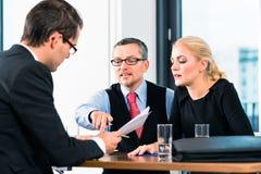 Επιχείρηση - συνέντευξη εργασίας με τον υποψήφιο και την ωρ. Στοκ φωτογραφία με δικαίωμα ελεύθερης χρήσης