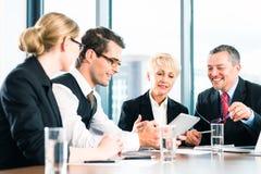 Επιχείρηση - συνεδρίαση στην αρχή, άνθρωποι που εργάζονται με το έγγραφο Στοκ Εικόνα