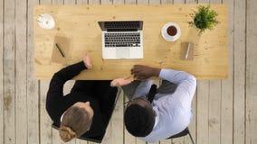 Επιχείρηση, τεχνολογία και έννοια γραφείων - σοβαροί επιχειρηματίας και επιχειρηματίας με το lap-top που κάνουν την τηλεοπτική κλ φιλμ μικρού μήκους