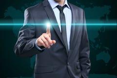 Επιχείρηση, τεχνολογία, Διαδίκτυο και έννοια δικτύωσης - πιέζοντας κουμπί επιχειρηματιών με την επαφή στις εικονικές οθόνες Παλαι στοκ εικόνες