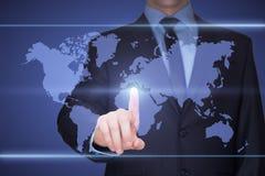 Επιχείρηση, τεχνολογία, Διαδίκτυο και έννοια δικτύωσης - πιέζοντας κουμπί επιχειρηματιών με την επαφή στις εικονικές οθόνες στοκ εικόνα