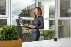 Επιχείρηση, τεχνολογία και πράσινη έννοια γραφείων - νέα επιτυχής επιχειρηματίας με το φορητό προσωπικό υπολογιστή στο γραφείο Γυ Στοκ φωτογραφία με δικαίωμα ελεύθερης χρήσης