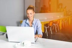 Επιχείρηση, τεχνολογία και πράσινη έννοια γραφείων - νέα επιτυχής επιχειρηματίας με το φορητό προσωπικό υπολογιστή στο γραφείο Γυ Στοκ Φωτογραφίες