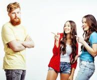 Επιχείρηση των τύπων hipster, γενειοφόροι κόκκινοι αγόρι τρίχας και σπουδαστές κοριτσιών που έχουν τους φίλους διασκέδασης μαζί,  Στοκ Εικόνες