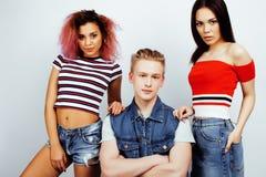 Επιχείρηση των τύπων hipster, ξανθοί αγόρι και σπουδαστές κοριτσιών που έχουν τους φίλους διασκέδασης μαζί, διαφορετικές ύφος μόδ Στοκ Εικόνες