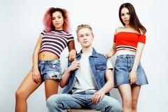 Επιχείρηση των τύπων hipster, ξανθοί αγόρι και σπουδαστές κοριτσιών που έχουν τους φίλους διασκέδασης μαζί, διαφορετικές ύφος μόδ Στοκ εικόνα με δικαίωμα ελεύθερης χρήσης