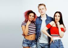 Επιχείρηση των τύπων hipster, ξανθοί αγόρι και σπουδαστές κοριτσιών που έχουν τους φίλους διασκέδασης μαζί, διαφορετικές ύφος μόδ Στοκ Εικόνα