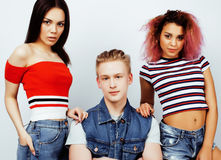 Επιχείρηση των τύπων hipster, ξανθοί αγόρι και σπουδαστές κοριτσιών που έχουν τους φίλους διασκέδασης μαζί, διαφορετικές ύφος μόδ Στοκ εικόνες με δικαίωμα ελεύθερης χρήσης