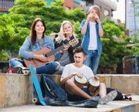 Επιχείρηση των χαμογελώντας μουσικών εφήβων Στοκ Εικόνες