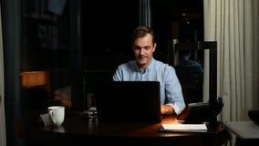 Επιχείρηση, υπερκόπωση, προθεσμία και έννοια των ανθρώπων - ένα άτομο που εργάζεται σε ένα lap-top τη νύχτα στοκ φωτογραφίες με δικαίωμα ελεύθερης χρήσης