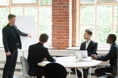 Επιχείρηση CEO που παρουσιάζει στην επιχειρησιακή ομάδα που εργάζεται με το ΛΦ Στοκ φωτογραφία με δικαίωμα ελεύθερης χρήσης
