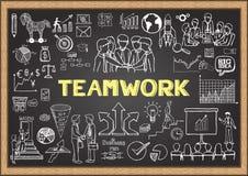 Επιχείρηση doodles στον πίνακα κιμωλίας με την έννοια της ομαδικής εργασίας διανυσματική απεικόνιση