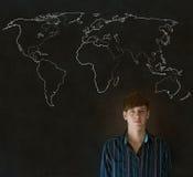 Επιχειρηματίας, δάσκαλος ή σπουδαστής με το χάρτη παγκόσμιας γεωγραφίας στο υπόβαθρο κιμωλίας Στοκ εικόνες με δικαίωμα ελεύθερης χρήσης