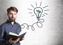 Επιχειρηματίας έννοιας ιδέας με το βιβλίο Στοκ Εικόνες