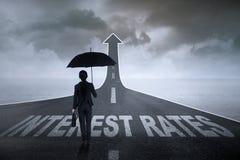 Επιχειρηματίας έτοιμη για τα υψηλότερα επιτόκια Στοκ εικόνα με δικαίωμα ελεύθερης χρήσης