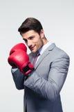 Επιχειρηματίας έτοιμος να παλεψει με τα εγκιβωτίζοντας γάντια Στοκ Εικόνες
