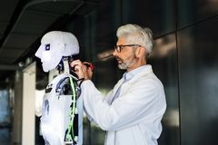 Επιχειρηματίας ή ένας επιστήμονας με ένα ρομπότ Στοκ εικόνα με δικαίωμα ελεύθερης χρήσης